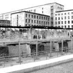 Lungo Niederkirchnerstrasse si trova un concentrato della storia di Berlino. La mostra della Topografia del Terrore, che documenta il sistema instaurato dal nazionalsocialismo Un importante centro di documentazione dove era prima situato il Comando Generale della Gestapo Il grande palazzo del Ministero dell'aviazione (Luftwaffe) Uno dei tratti conservati del Muro di divisione tra Berlino est e Berlino ovest voluto dal governo della Germania dell'Est, nel 1961