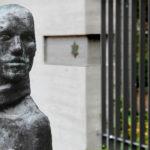 Memoriale dello scultore Will Lammert di fronte al palazzo in cui venivano portati gli ebrei anziani arrestati.