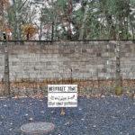 Muro originale del campo con impianto di elettrificazione