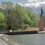 Il monumento del Memoriale sulla riva del lago Schwed